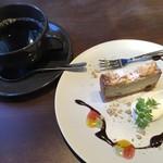 95974231 - ホットコーヒー、クランブルのチーズケーキ