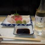95977298 - お造り盛り合わせ & 冷酒(黒牛 純米)