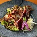 一皿600〜800g! 肉好きならぜひオーダーしたい『スペアリブの鉄板焼き』