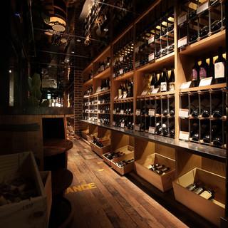 店内にはワインセラーを完備。お一人様1980円で飲み放題!