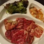 東京苑 - カルビ定食 7切れ位ある