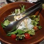 明石発酵所 鍛冶二丁 - 蒸し鶏とトマトのサラダ