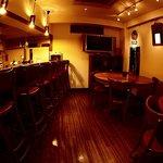 マリング - ウッド調の落ち着いた雰囲気のレストランバーです。美味しいお酒と美味しい料理をどうぞ。