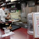 かつ廣 - カウンター席から厨房を見る。店主さんが黙々と造られてます。