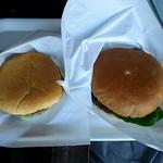 ビンゴバーガー - 左【真ビンゴバーガー¥950】ちょっと小ぶり 右【ビンゴバーガー¥850】 パティは真ビンゴ(日本橋日山の国産牛100%)の方が美味 バーガー全体の味としてはビンゴの方が美味