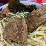 宮里そば - 分厚くはないが豚肉の旨味がいい。脂っぽさが無いのが沖縄そばの魅力だな。