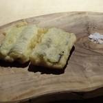TTOAHISU - *塩もそえられていますが、グリビッシュソースが美味しいこと。 ソースはマヨーズ、香草、ケッパー、ゆで卵、自家製胡瓜のピクルスなどで作られているそう。