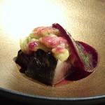 TTOAHISU - *やいと鰹は皮目を香ばしくやかれ、とても美味しい。 焼きナスや玉ねぎのマリネ、カラマンシービネガーなどの味わいが重なり美味。