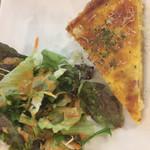 ビルズカフェ - 温かいキッシュとサラダ
