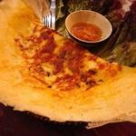 96010678 - ベトナム版お好み焼き!中には海老やもやし、卵などの具材で周りはカリカリ(≧∀≦)
