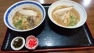 麺工房 昇龍 - 半ラーメン博多(左) ¥380と半ラーメン広島(右) ¥380
