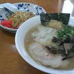 らぁ麺華宝 - 料理写真:とんこつラーメン¥600+ワンタン¥100 半チャーハン¥350