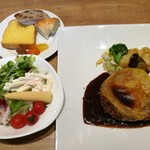 リトルモンスター - 本日のお肉メインはゴージャスな盛り付けのミンチカツレツのチーズ焼き、パンとジャム各種、サラダなど