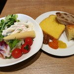リトルモンスター - シャキシャキ新鮮なサラダに爽やかな梅ドレッシング、パンにはジャムの他、まろやかなシナモンバターも合う!