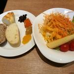 リトルモンスター - パンの隣には焼き茄子の香ばしさが個性的なジャムなど、右は選べるドレッシングも楽しいサラダ