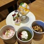 リトルモンスター - やっぱりひと通り試してみたくなるデザート、手前は抹茶や苺などのムース、奥はカットケーキとプリン