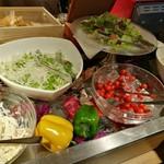 リトルモンスター - プチトマトやマカロニサラダ、大根&水菜、レタス&ラディッシュのミックスサラダも