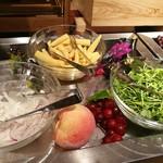 リトルモンスター - サラダコーナーにはフレッシュな豆苗や紫玉葱、ヤングコーンなど