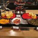 リトルモンスター - 和食コーナーには漬物各種と、無くなると新しいお料理に入れ替わる、筑前煮やきんぴらなどの小鉢が
