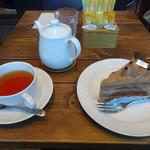 パウンドハウス - チョコレートケーキ&アプリコットティー