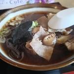 食楽厨房 まるや - 料理写真:全体的に黒っぽい肉そば
