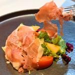 シェフズテーブル リセノワール - 生ハムとフルーツトマトのサラダ