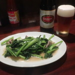 ベトナム料理 ALO - 料理写真:牛肉菜炒め(小松菜)と赤サイゴンビール