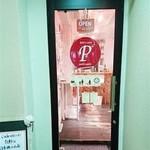 おさけcafe petit * petit - 店舗のドアです。どうぞ中へお入りください