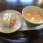 風季舎 昌平本家 - 店内で買ったお菓子とセルフのコーヒー