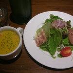 グリル&ピッツァ カッティーナ - かぼちゃスープとサラダ
