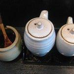 麺や 神田しらとら - 卓上には自家製ラー油・醤油・お酢を配備
