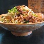 麺や 神田しらとら - 横からのアングルのしらとら担担麺