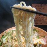 麺や 神田しらとら - 尾張製粉の特注した縮れ中太玉子麺リフトアップ