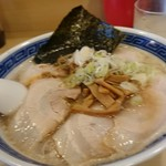 博多長浜らーめん 氷室 - 丸鶏しょうゆラーメン。細麺、チャーシュートッピング。