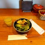 山本のハンバーグ - お昼のセットのジュースとサラダ