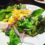 ファンゴーダイニング - 盛付け雑ですいません。ビュッフェのサラダと春菊の前菜です。