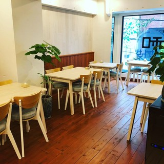 心斎橋、長堀橋からすぐ、カフェスタイルの清潔感ある店内です!