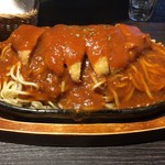 北海道ジンギスカン 北ジン - スパカツの全体像。麺とカツがこれでもか!というぐらいに盛ってます。