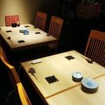 さやま - 店内奥のテーブル席