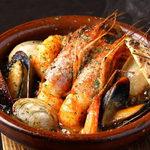 白身魚と貝類の海鮮アヒージョ