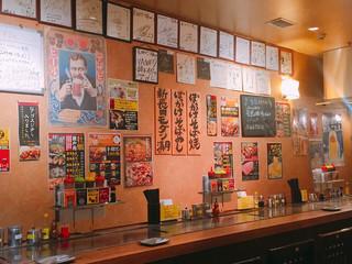 長田タンク筋 - カウンター上には来店した著名人の色紙がいっぱい
