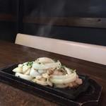 田んぼのお芋 - ホルモンとたまねぎの鉄板焼き