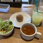 和伊和伊亭 - ランチのサラダ、スープ、パン、ドリンク