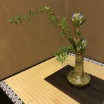 懐石 辻留 - 織部の花瓶(魯山人) 竜胆、雪柳