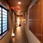 磯料理 喜良久亭 - 2階通路(奥が玄関)