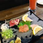 魚やん鶏 - お刺身盛り合わせとトマト酎ハイ