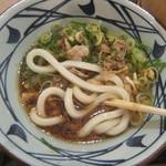 丸亀製麺 - 麺を肉汁に浸す(2018.10.1)
