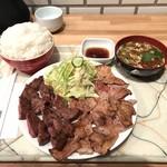 96139330 - ミックス(ステーキ+豚ロース)1650円 ライス大盛り、サラダ大盛り各100円
