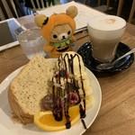 リトルネストカフェ - イートイン。紅茶のシフォンケーキ、チャイ。トッピングのフルーツは季節で変わるみたいです。