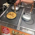 丸亀製麺 - かつ閉じ調理中